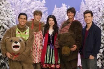 Logan en Navidad junto a sus compañeros de BTR y Miranda
