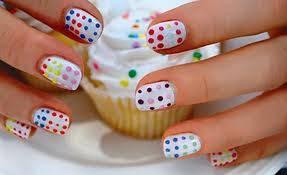 por lo espectaculas que se pinta las uñas