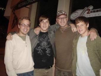 Kendall Schmidt  y su papa Kent Schmidt y sus hermanos Kevin Schmidt y Kenneth Schmidt