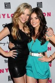 Hanna y Aria (Ashley Benson y Lucy Hale) En Pretty Little Liars
