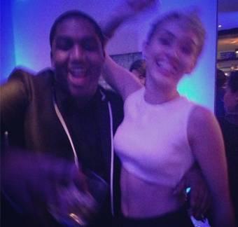 Esta es una de las imagenes de Miley cyrus en el cumple de Vicky (Salio borrosa pero algo se ve).