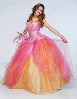 luce los vestidos como la reina de la belleza