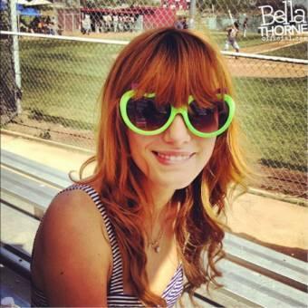 por linda con gafas verdes