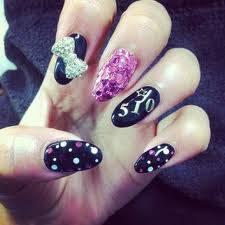 por sus uñas