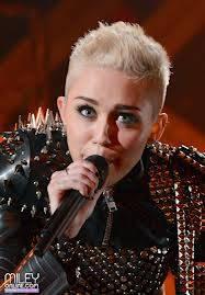 Miley Cyrus-Dicen que es lesbiana pero no se en k pensar