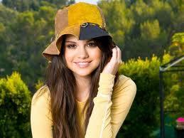 Selena Se ve mas hermosa con gorra